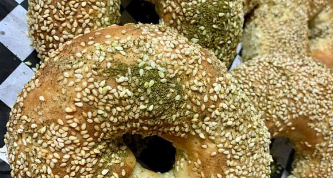 בייגלה ירושלמי בחלקו ממולא בגבינות ובצל מטוגן