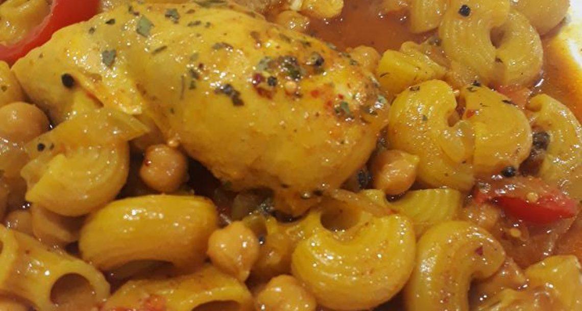 חזה עוף מבושל עם פסטה וחומוס – הכל בסיר אחד!