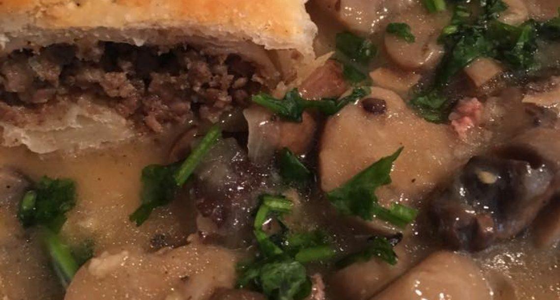 מאפה בצק במילוי בשר ברוטב פטריות