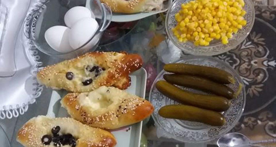 מאפה גבינות סירה ומאפה טונה לצד ביצים קשות