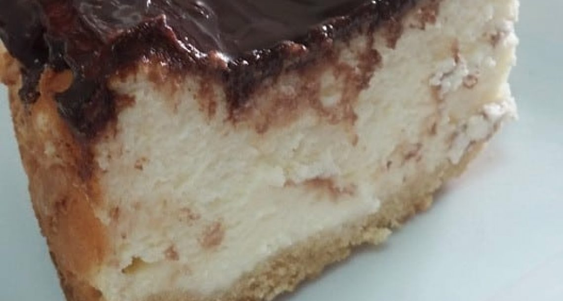עוגת גבינה ושמנת בציפוי גנאש שוקולד