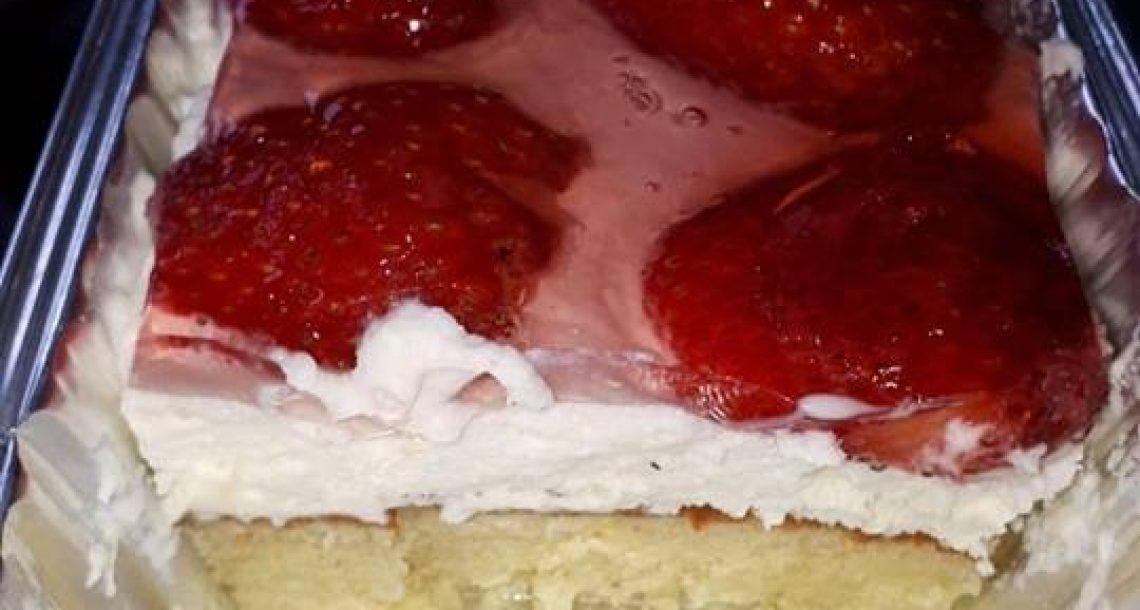 עוגת טורט עם קרם שמנת תותים וג'לי