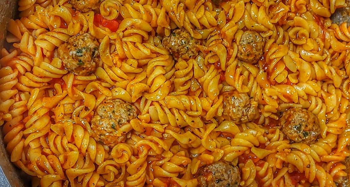 פסטה ברוטב עגבניות עם כדורי בשר בקר פשוט טעים