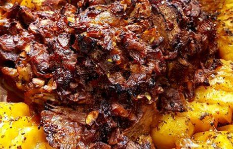צלי ממולא בצל ופטריות בקישוט תפוחי אדמה